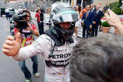 Racewinnaar Nico Rosberg, Mercedes AMG F1, viert feest in parc ferme