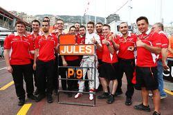 Jules Bianchi, Marussia F1 Team celebra sus primeros puntos de F1 del equipo con su tripulación de e