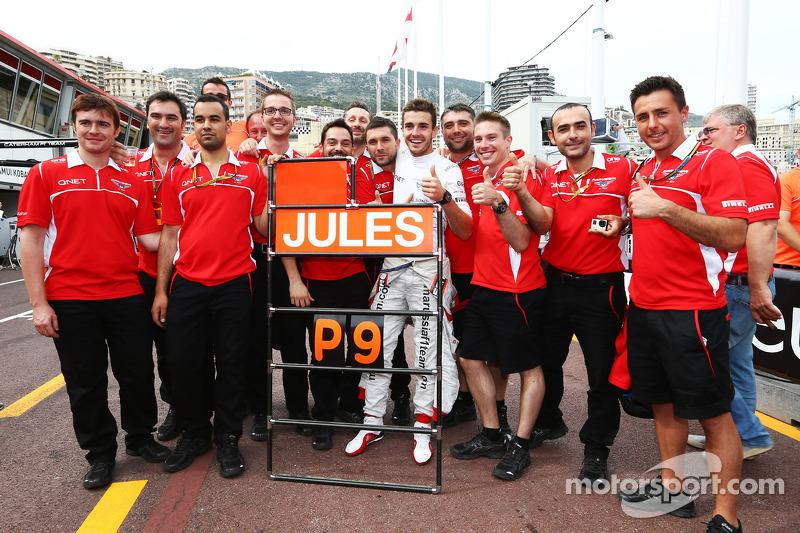 Jules Bianchi, Marussia F1 Takımı ve takım üyeleri ilk puanların kutlamasını yapıyor