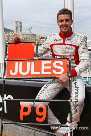 Jules Bianchi, del equipo Marussia F1, festeja los primeros puntos en F1, tanto de él como de su equipo.