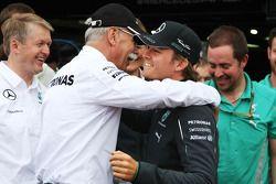 Racewinnaar Nico Rosberg, Mercedes AMG F1, viert feest met Dr. Dieter Zetsche, Daimler AG CEO en het