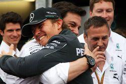 Racewinnaar Nico Rosberg, Mercedes AMG F1, viert feest met Toto Wolff, Mercedes AMG F1-aandeelhouder