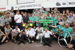 Racewinnaar Nico Rosberg, Mercedes AMG F1, viert feest met het team