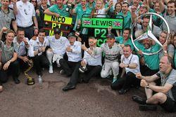 Il vincitore della gara Nico Rosberg al volante della W05 Hybrid del team Mercedes AMG F1 e al secondo posto il compagno di squadra Lewis Hamilton (Mercedes AMG F1) festeggiano con il team