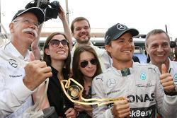 1.Nico Rosberg, Mercedes AMG F1 W05, feiert mit Dr. Dieter Zetsche, Daimler AG, Geschäftsführer; und dem Team