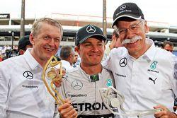 Race winner Nico Rosberg, Mercedes AMG F1 W05 celebrates with Dr. Dieter Zetsche, Daimler AG CEO (Ri