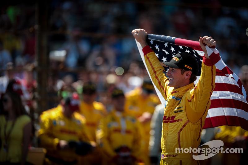 Ryan Hunter-Reay feiert mit der US-Flagge