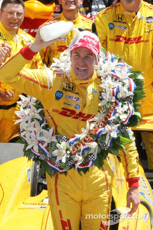 Ryan Hunter-Reay of Andretti Auto Sport celebra com o tradicional leite no Victory Circle