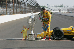 Ryan Hunter-Reay and son Ryden share a moment with the Borg-Warner trophy