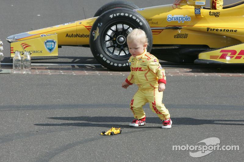 Il giovane Ryden Hunter-Reay gioca con una replica dell'auto da gara del padre durante la foto dei v