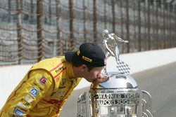 Ryan Hunter-Reay con el trofeo de Borg-Warner