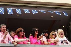 Fãs escoceses apoiando John Button pink shirt campaign