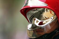 Jules Bianchi, del equipo Marussia F1 MR03, reflejado en la visera del casco de un bombero