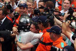 Racewinnaar Nico Rosberg, Mercedes AMG F1, viert feest met het team in parc ferme