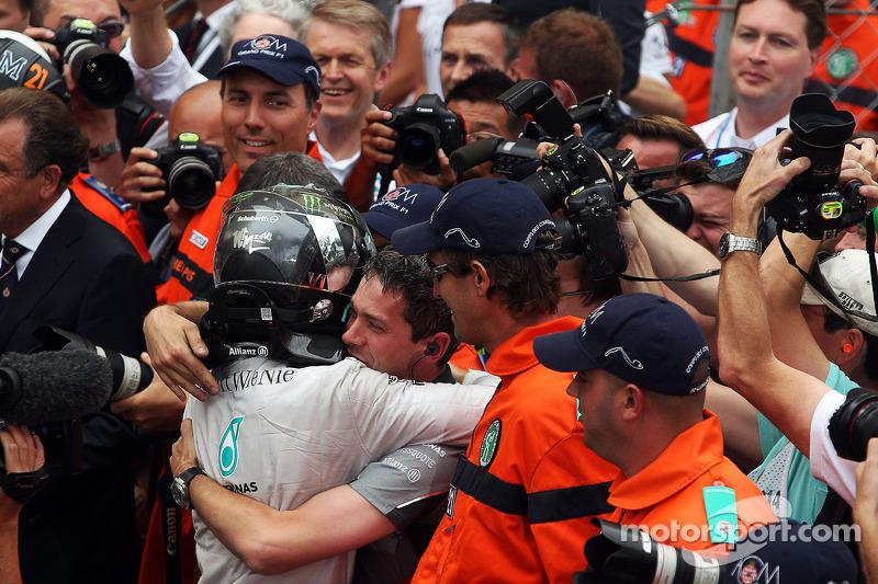 Yarış galibi Nico Rosberg, Mercedes AMG F1 takımıyla kutlama yapıyor kapalı parkta