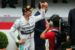 Racewinnaar Nico Rosberg, Mercedes AMG F1, viert feest op het podium