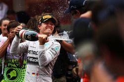 Racewinnaar Nico Rosberg, Mercedes AMG F1, viert feest met de champagne op het podium