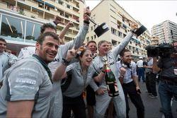 Het Mercedes AMG F1 viert een een 1-2 finish op het podium