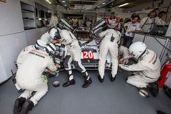 I meccanici del team Porsche al lavoro sulla Porsche 919 Hybrid numero 20