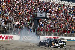 Il vincitore della gara Jimmie Johnson su Chevrolet del team Hendrick Motorsports