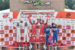 GT500 podium: race winners Tsugio Matsuda, Ronnie Quintarelli, second place Masataka Yanagida, Satos