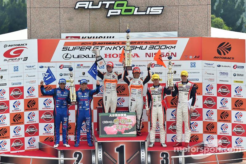 GT300 podio: vincitori Shinichi Takagi, Takashi Kobayashi, il secondo posto Takuto Iguchi, Kouta Sas