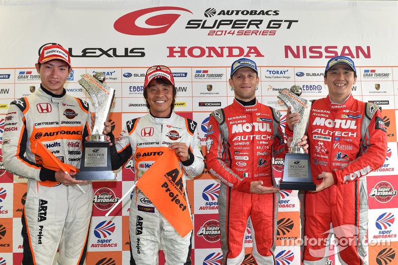 GT500 Kazanan Tsugio Matsuda ve Ronnie Quintarelli ve GT300 Kazanan Shinichi Takagi, Takashi Kobayas