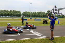 Medya/pilotlar karting yarışı: Damalı bayrak