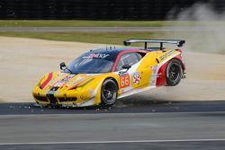 Acidente do #66 JMW Motorsport Ferrari 458 Italia: Abdulaziz Al Faisal, Seth Neiman, Spencer Pumpell