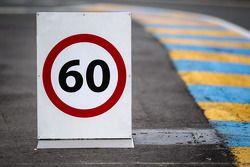 Panneau de limitation de vitesse à l'entrée des stands