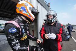 Alex Brundle and Motorsport.com's Eric Gilbert. Photo Clément Marin / DPPI