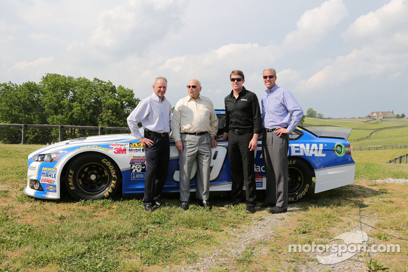 Steve Cauthen, O. Bruton Smith, Carl Edwards, Mark Simendinger alla Dreamfields Farm a Kentucky