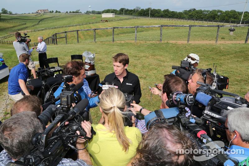 Carl Edwards parle avec les médias