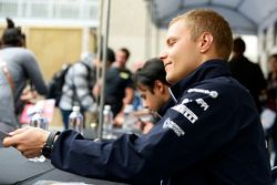 Valtteri Bottas, Williams, schreibt Autogramme