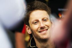 Romain Grosjean, Lotus F1 Team, schreibt Autogramme