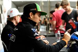 Sergio Perez, Sahara Force India F1, schreibt Autogramme