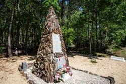 D-Day au Mans : le monument canadien rendant hommage aux héros, entre Mulsanne et Indianapolis