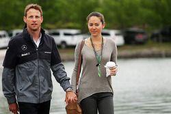 Jenson Button, McLaren, mit seiner Freundin Jessica Michibata