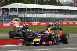 Sebastian Vettel, Red Bull Racing RB10; Lewis Hamilton, Mercedes AMG F1 W05