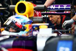 Adrian Newey, Red Bull Racing director técnico mira el Red Bull Racing RB10 de Sebastian Vettel, Red
