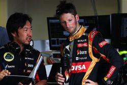 Romain Grosjean, Lotus F1 Team; Ayao Komatsu, Lotus F1 Team, Renningenieur