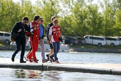 Fernando Alonso, Ferrari, con Luis García Abad, el administrador de controladores; Edoardo Bendinelli, Entrenador Personal y Carlos Sainz (ESP)