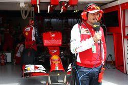 Giancarlo Fisichella, Ferrari, vor der Box von Kimi Räikkönen, Ferrari