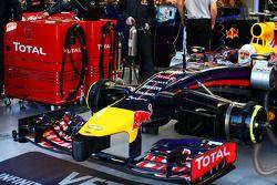 Sebastian Vettel, Red Bull Racing RB10 con la plataforma de combustible Total en el pit de Red Bull