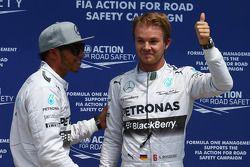 Ganador de la pole Nico Rosberg, Mercedes AMG F1 W05 y segundo puesto Lewis Hamilton, Mercedes AMG F