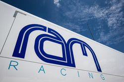 Área de paddock da Krohn Racing com transportador RAM Racing