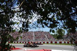 Romain Grosjean, Lotus F1 E22 pasa a Sebastian Vettel, Red Bull Racing RB10