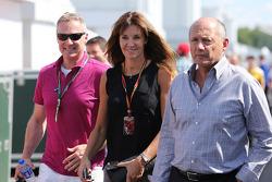 Ron Dennis, Presidente Ejecutivo de McLaren, con su novia Carol Weatherall y Rory Bremner (GBR)