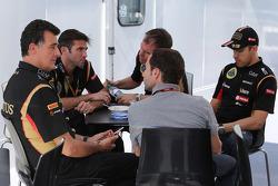 Federico Gastaldi, Lotus F1, Stellvertretender Teamchef; Matthew Carter, Lotus F1, Geschäftsführer; Alan Permane, Lotus F1, Chefingenieur; Nicolas Todt, Fahrermanager; Pastor Maldonado, Lotus F1 Team
