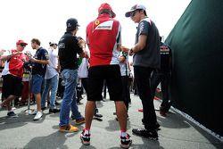 Fernando Alonso, Ferrari y Esteban Gutiérrez, Sauber en el desfile de pilotos